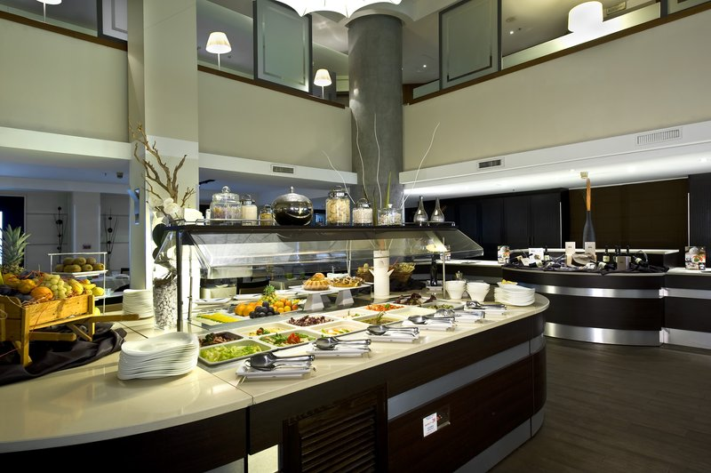 Holiday Inn Naples-Help yourself from the appetizer and dessert buffet<br/>Image from Leonardo