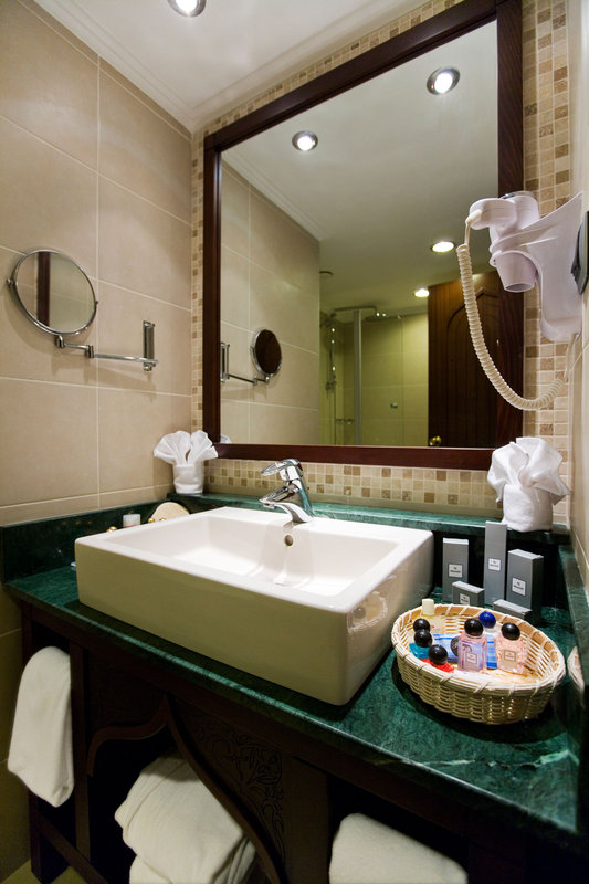 Crowne Plaza Antalya-Standard  guest room bathroom<br/>Image from Leonardo