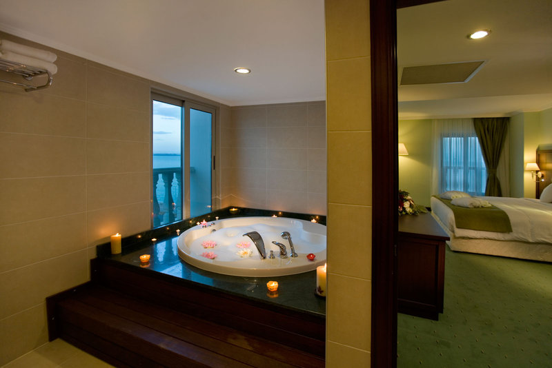 Crowne Plaza Antalya-Corner Suite with balcony and Jacuzzi<br/>Image from Leonardo