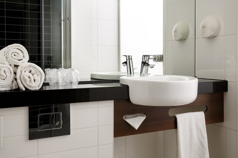 Holiday Inn Express Arnhem-Contemporary Guest Bathroom<br/>Image from Leonardo