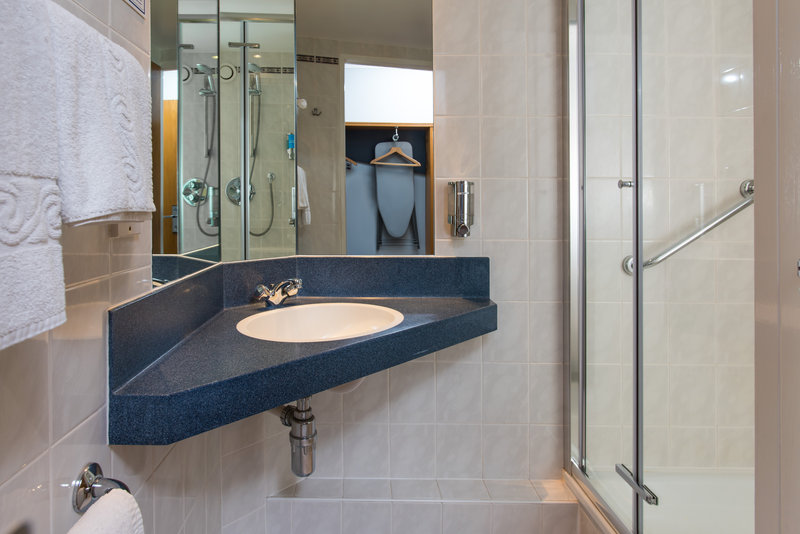 Holiday Inn Express Stirling-Freshen up in your en-suite with power shower<br/>Image from Leonardo