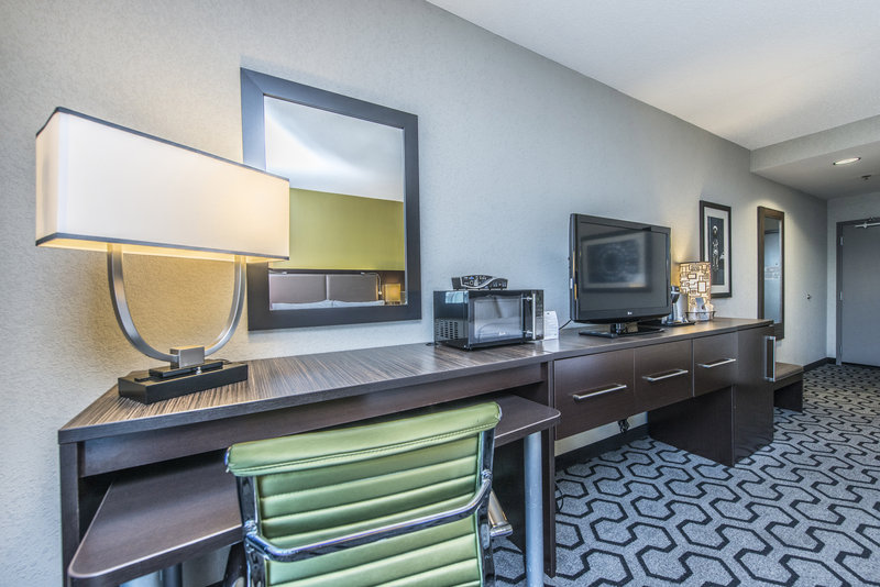 Holiday Inn Express Hotel & Suites Charleston Apt-Conv Ctr-Double Bed Guest Room<br/>Image from Leonardo
