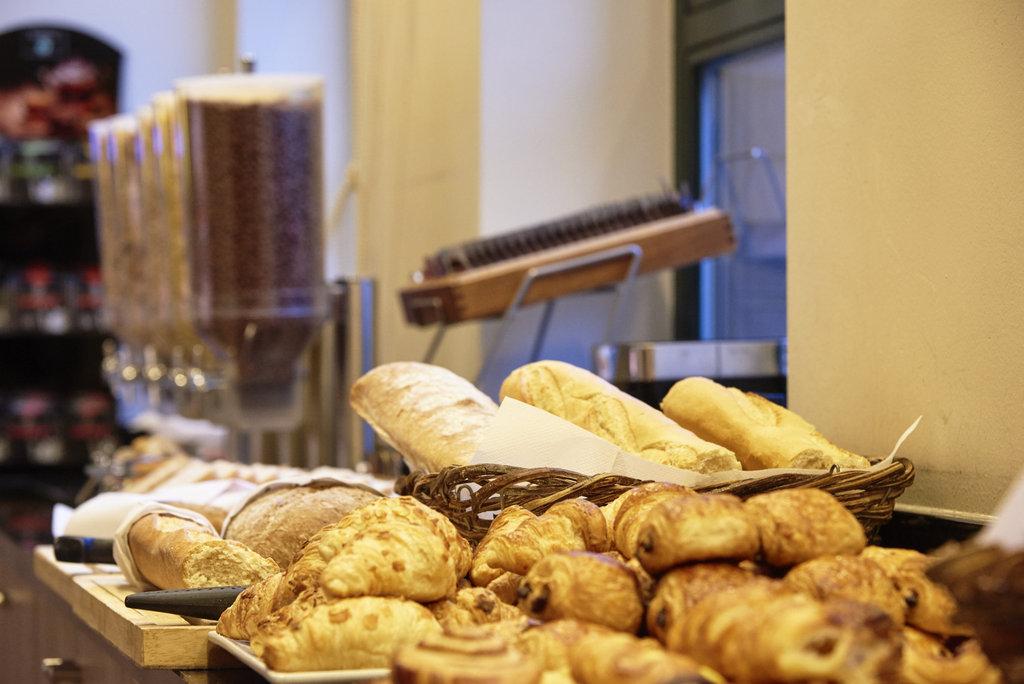 Holiday Inn Brussels - Schuman-Breakfast buffet - pastries<br/>Image from Leonardo