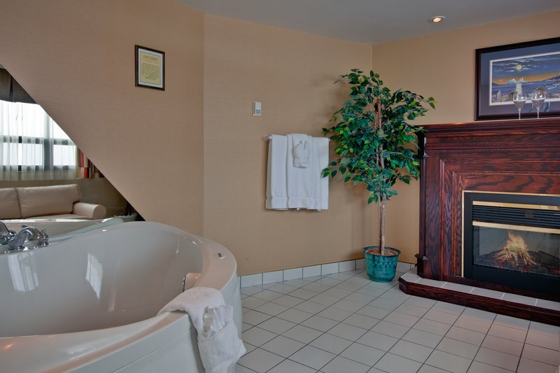 Holiday Inn St. John's Conference Centre-2 person jacuzzi tub<br/>Image from Leonardo