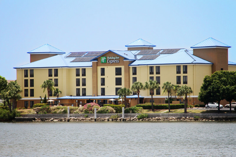 Holiday Inn Express & Suites Tampa/Rocky Point Island-Hotel sets right on Tampa Bay with breath taking Sunsets<br/>Image from Leonardo