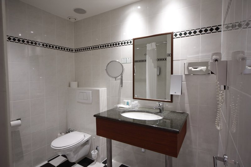 Holiday Inn Brussels - Schuman-Guest Bathroom<br/>Image from Leonardo