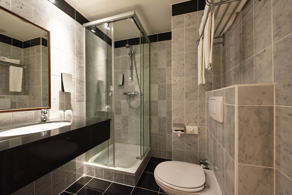 Holiday Inn Brussels - Schuman-Guest bathroom with shower<br/>Image from Leonardo