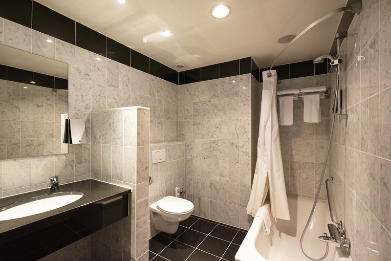 Holiday Inn Brussels - Schuman-Bathroom with bath and shower<br/>Image from Leonardo