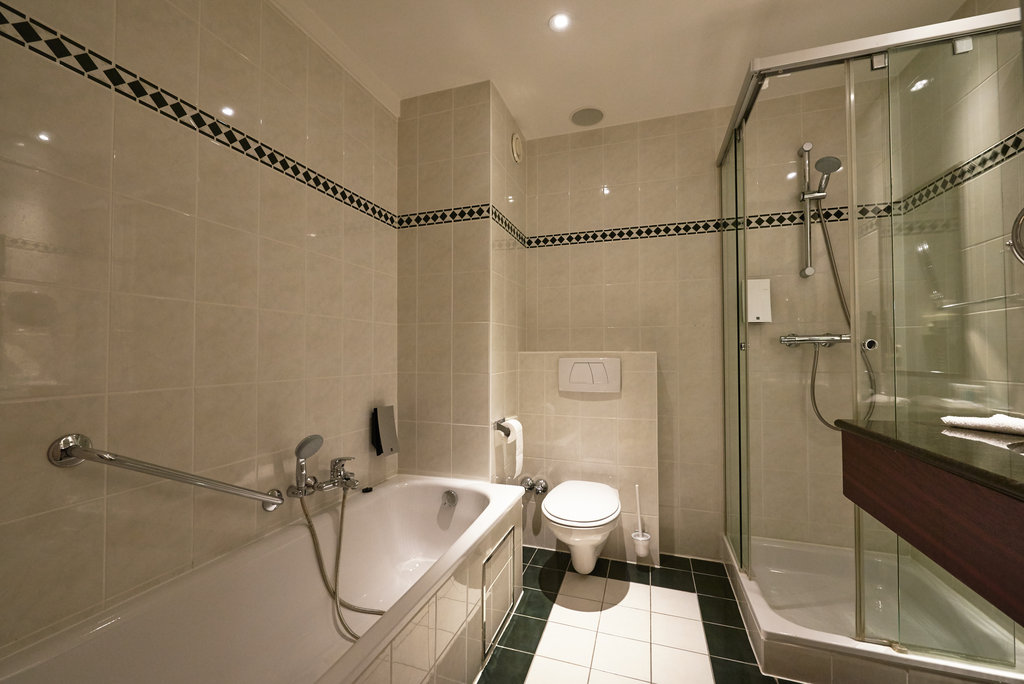 Holiday Inn Brussels - Schuman-Bathroom with seperate shower and bath<br/>Image from Leonardo