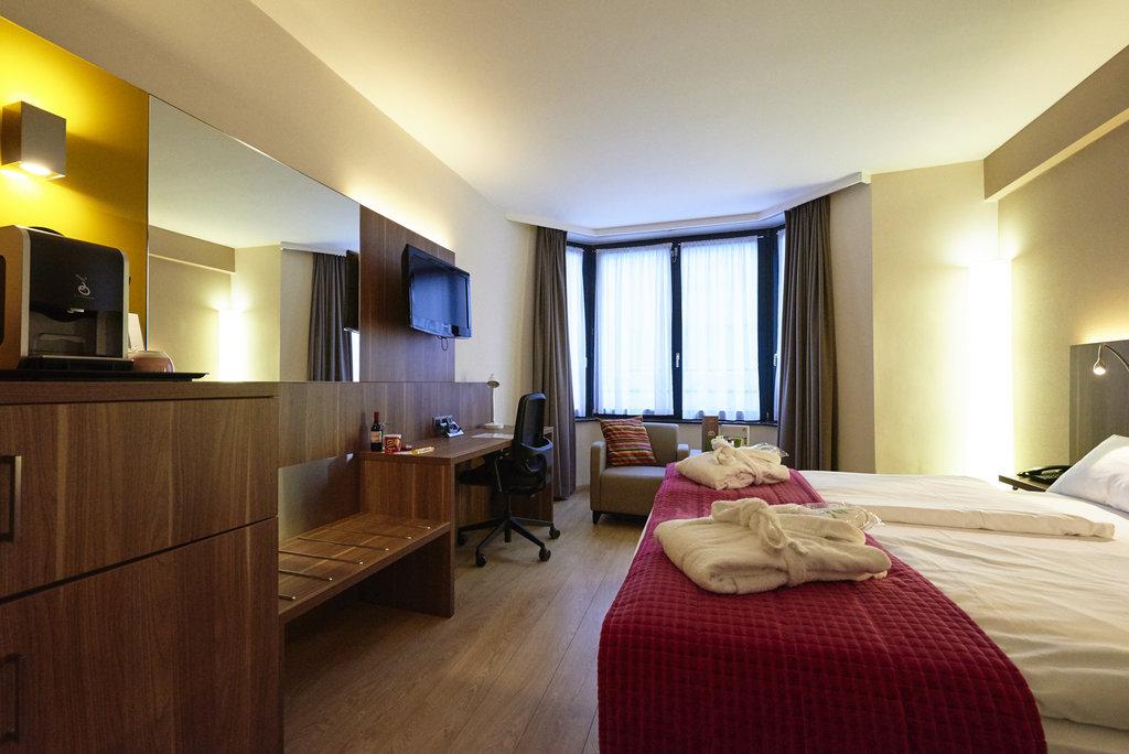 Holiday Inn Brussels - Schuman-King bed guestroom<br/>Image from Leonardo