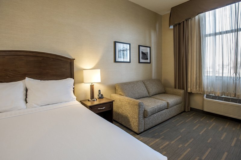 Holiday Inn Lethbridge-Bedroom with 1 Queen bed<br/>Image from Leonardo