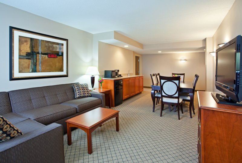 Holiday Inn Hotel & Suites Cincinnati-Eastgate (I-275e)-3-Room Suite with 2 Bedrooms and 2 Full Baths<br/>Image from Leonardo
