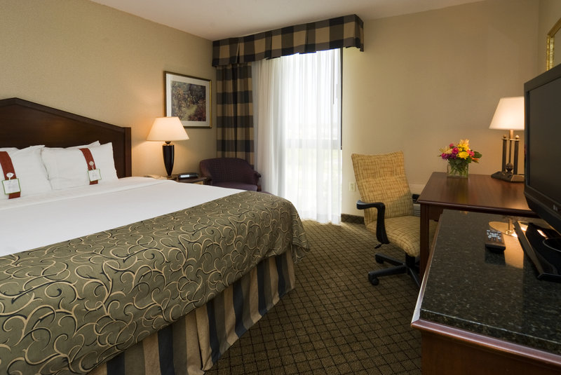 Holiday Inn Hotel & Suites Cincinnati-Eastgate (I-275e)-2-Room Suite with Whirlpool 1 Bedroom, and 2 Full Baths<br/>Image from Leonardo