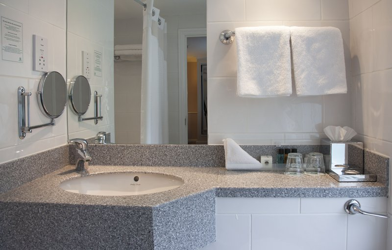 Holiday Inn Milton Keynes East M1, Jct.14-Executive Room - Bathroom<br/>Image from Leonardo