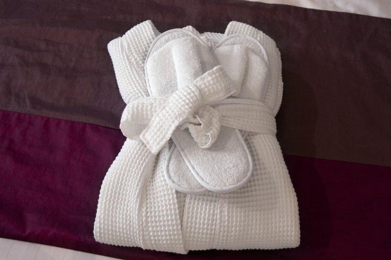 Holiday Inn Milton Keynes East M1, Jct.14-Executive Room - complimentary bathrobe and slippers<br/>Image from Leonardo