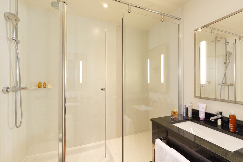 Crowne Plaza Paris - Charles de Gaulle-Relax with a shower in our Crowne Plaza King Suite<br/>Image from Leonardo