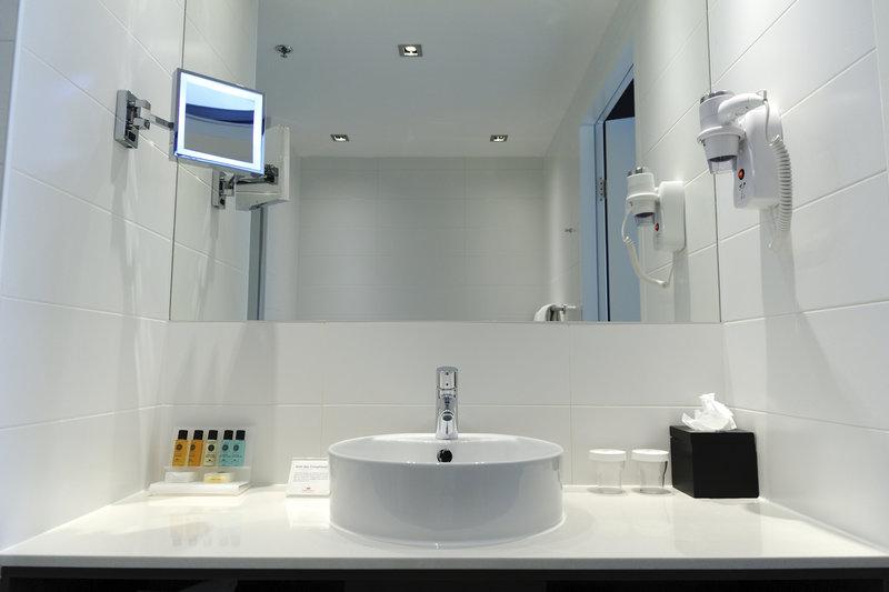 Crowne Plaza The Hague-Bathroom<br/>Image from Leonardo