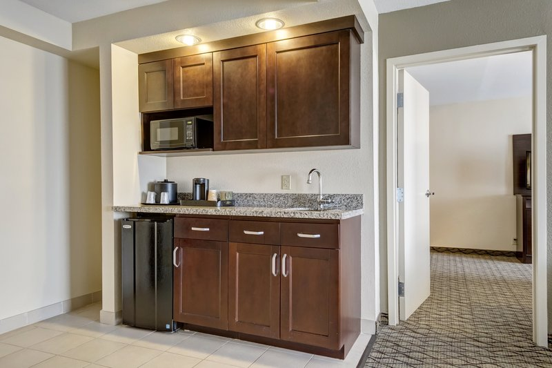 Holiday Inn Airport West Earth City-Suites include kitchenettes<br/>Image from Leonardo