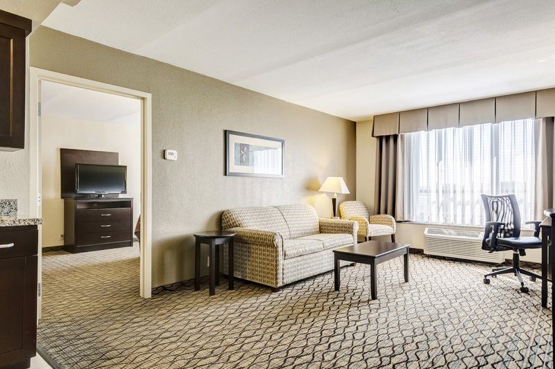 Holiday Inn Airport West Earth City-Suite<br/>Image from Leonardo