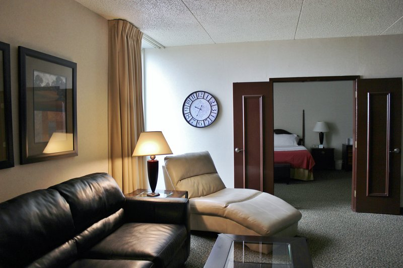Holiday Inn Des Moines - Airport / Conf Ctr-Jacuzzi Suite<br/>Image from Leonardo
