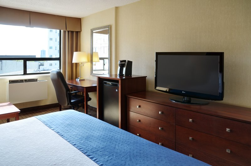 Holiday Inn Hotel & Suites Winnipeg-Downtown-Have a great sleep in a king size bed!<br/>Image from Leonardo