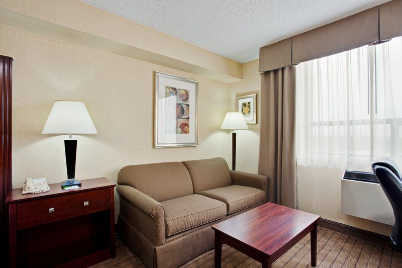 Holiday Inn Hotel & Suites Winnipeg-Downtown-Deluxe Room<br/>Image from Leonardo