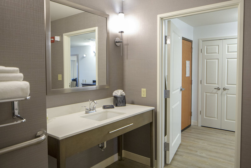 Holiday Inn Hotel & Suites Bloomington - Airport-Spacious, accessible bathroom in our conference suite<br/>Image from Leonardo