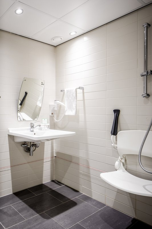Holiday Inn Eindhoven-Wheelchair accesible bathroom<br/>Image from Leonardo