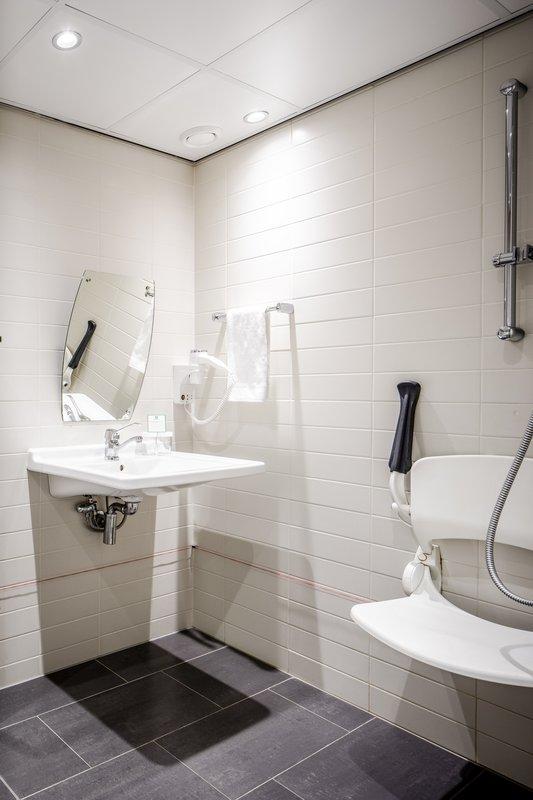 Holiday Inn Eindhoven-Wheelchair accesible bathroom<br/>Image from Leonardo