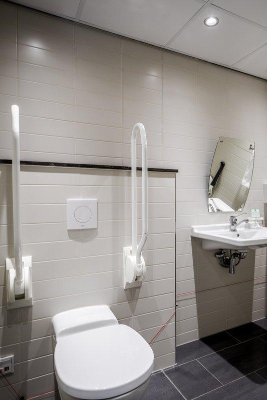 Holiday Inn Eindhoven-Wheelchair accessible bathroom<br/>Image from Leonardo