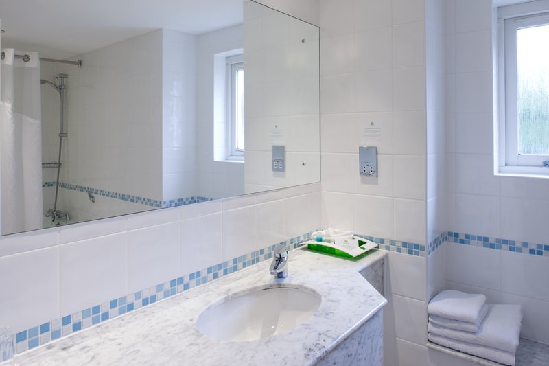 Holiday Inn Farnborough-En-suite bathroom in our hotel room<br/>Image from Leonardo