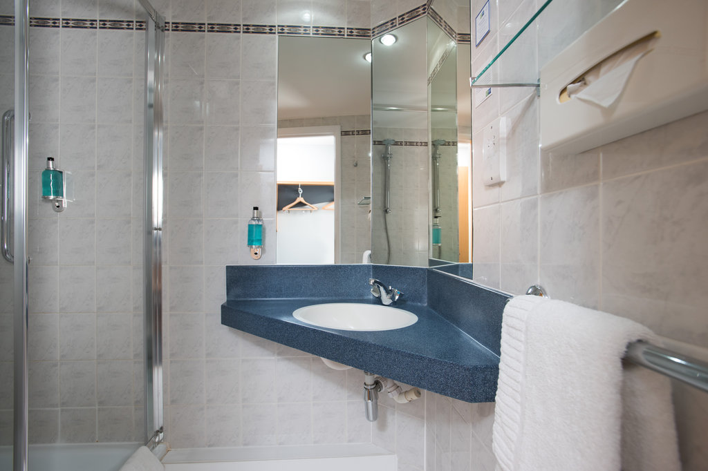 Holiday Inn Express Peterborough-Freshen up in your modern en-suite complete with power shower<br/>Image from Leonardo