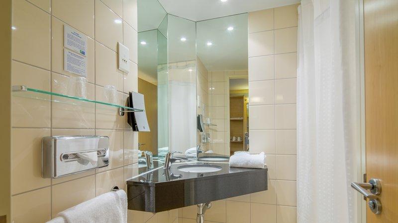 Holiday Inn Express Saint - Nazaire-Guest Bathroom Standard room<br/>Image from Leonardo