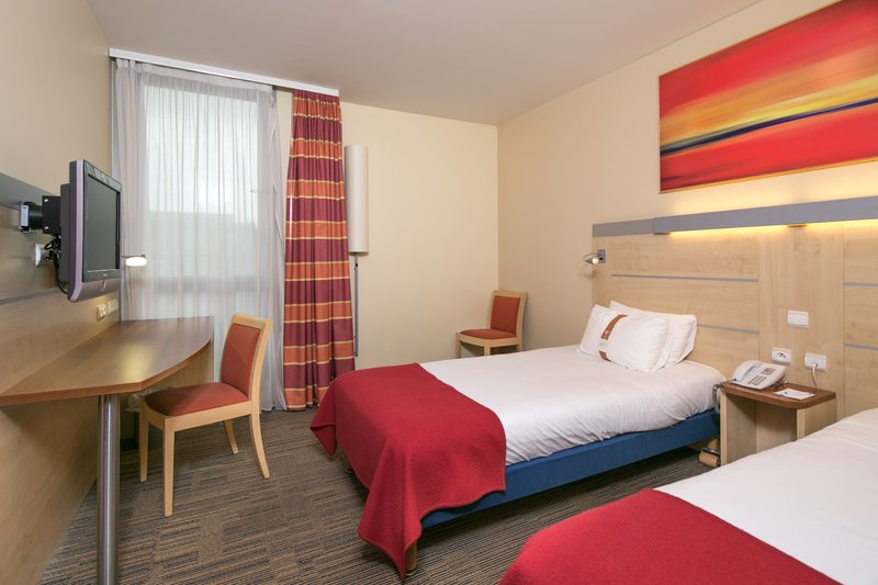 Holiday Inn Express Saint - Nazaire-Bedroom with twin beds<br/>Image from Leonardo