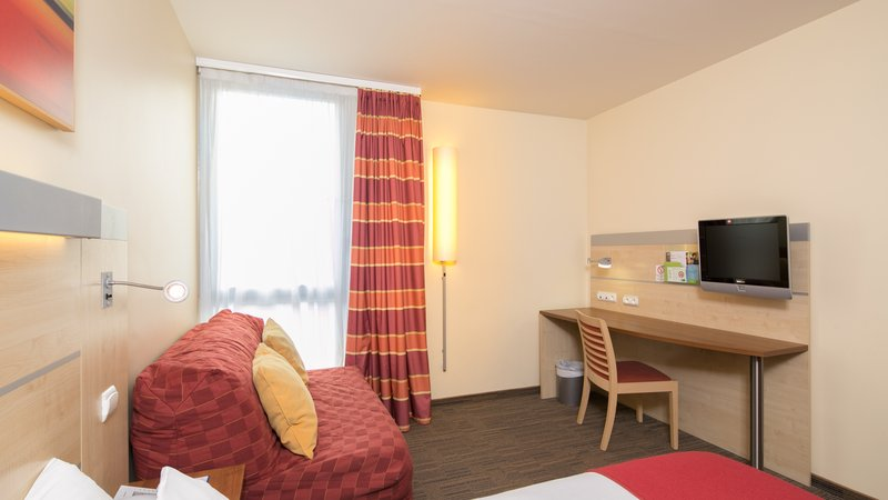 Holiday Inn Express Saint - Nazaire-Desk in guest room<br/>Image from Leonardo