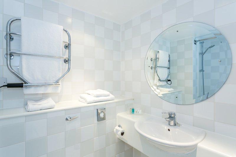 Holiday Inn Cambridge-Inviting Standard Guest Bath<br/>Image from Leonardo