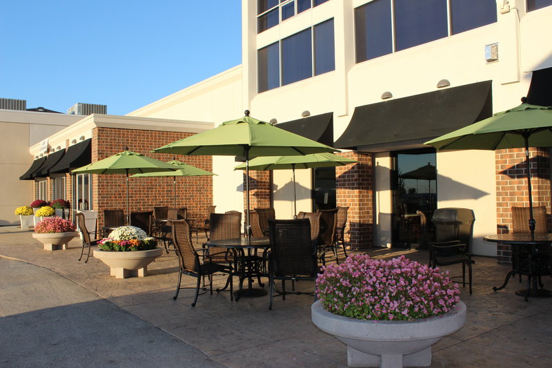 Holiday Inn Des Moines - Airport / Conf Ctr-Guest Patio<br/>Image from Leonardo