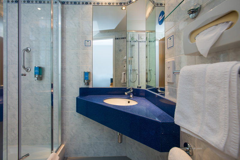 Holiday Inn Express Glasgow - City Centre Riverside-Enjoy a refreshing power shower in your en-suite<br/>Image from Leonardo