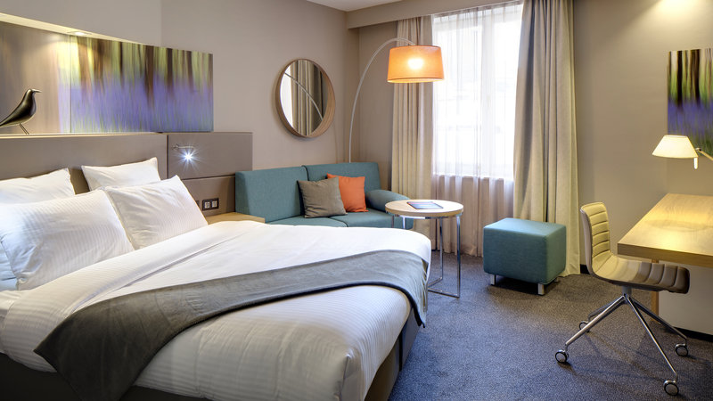 Crowne Plaza Brugge-Queen bed guest room<br/>Image from Leonardo