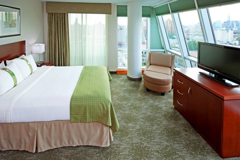 Holiday Inn L.I. City-Manhattan View-Queen Bed Guest Room<br/>Image from Leonardo