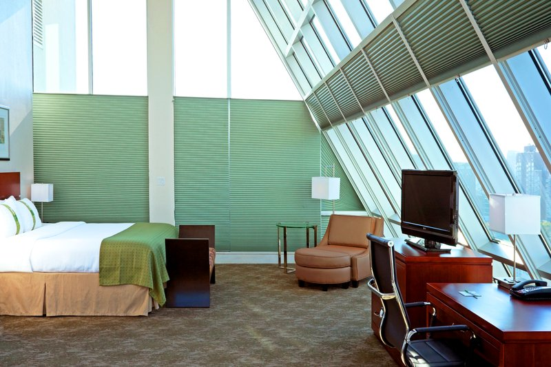 Holiday Inn L.I. City-Manhattan View-Manhattan Suite - There are ceiling-to-floor windows on 3 sides.<br/>Image from Leonardo