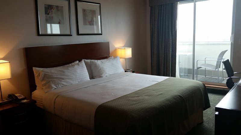 Holiday Inn L.I. City-Manhattan View-King bed with balcony offers different city views.<br/>Image from Leonardo