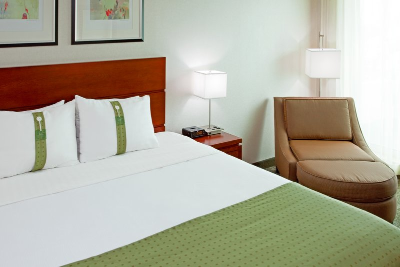 Holiday Inn L.I. City-Manhattan View-Guest Room offers firm or soft pillows<br/>Image from Leonardo