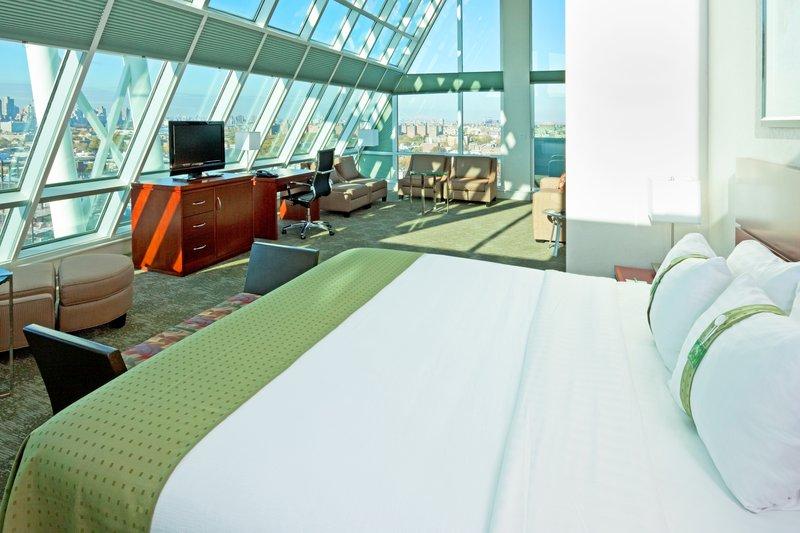 Holiday Inn L.I. City-Manhattan View-Manhattan Suite is 565 square feet<br/>Image from Leonardo