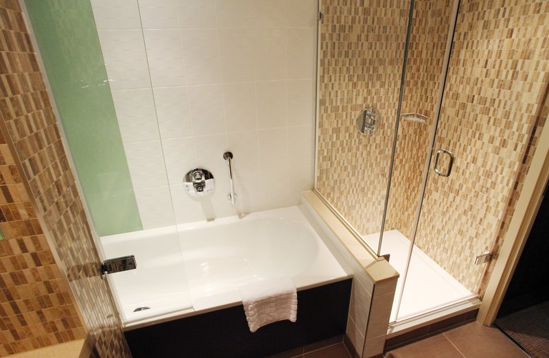 Holiday Inn Reading - M4, Jct. 10-Suite Bathroom<br/>Image from Leonardo