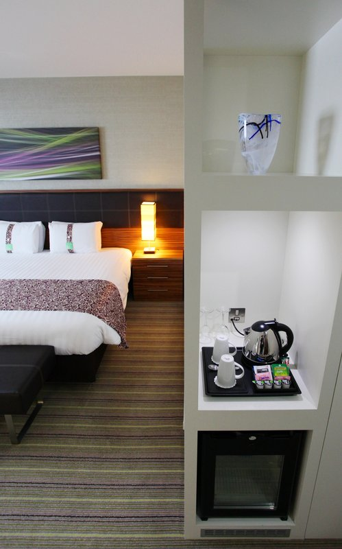 Holiday Inn Reading - M4, Jct. 10-Queen Bed Guestroom<br/>Image from Leonardo