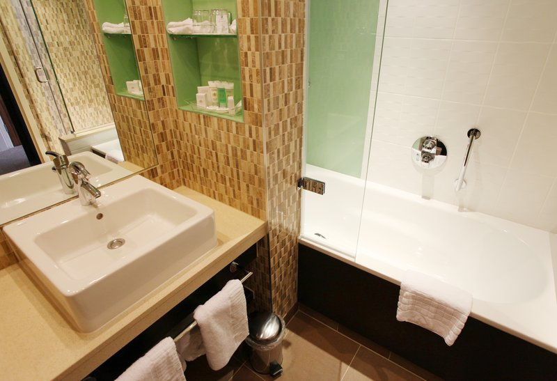 Holiday Inn Reading - M4, Jct. 10-Executive Bathroom<br/>Image from Leonardo
