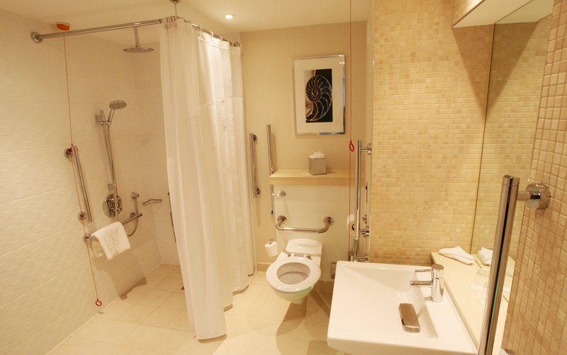 Holiday Inn Reading - M4, Jct. 10-Wheelchair Accessible Bathroom at Holiday Inn Reading M4 Jct10<br/>Image from Leonardo