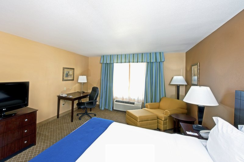 Holiday Inn Express & Suites Tucson-Deluxe Room<br/>Image from Leonardo