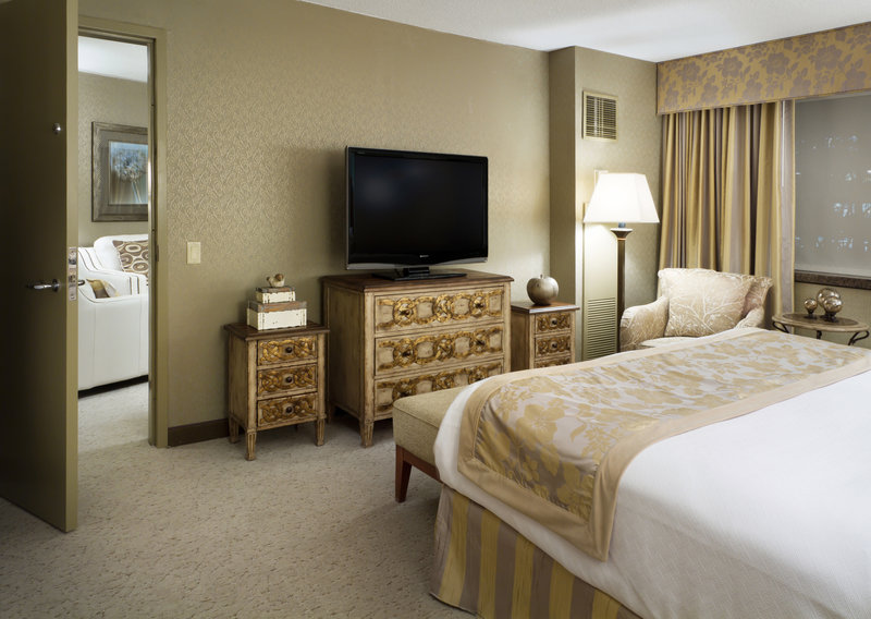 Crowne Plaza Minneapolis West-Diplomat Suite King Bed<br/>Image from Leonardo